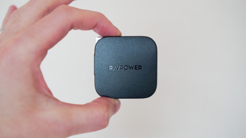 RAVPower RP-PC144を持っているところ