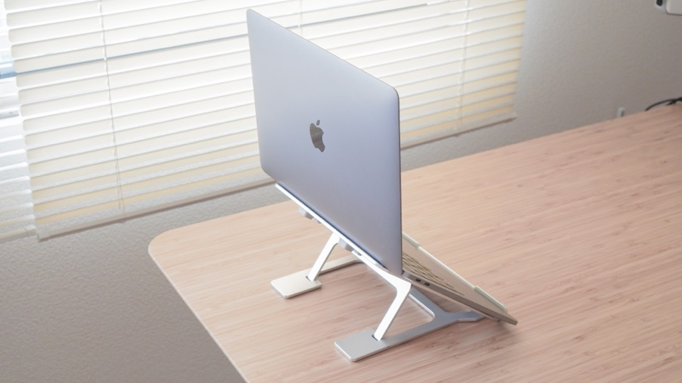 PCスタンドに乗せたMacbook Pro