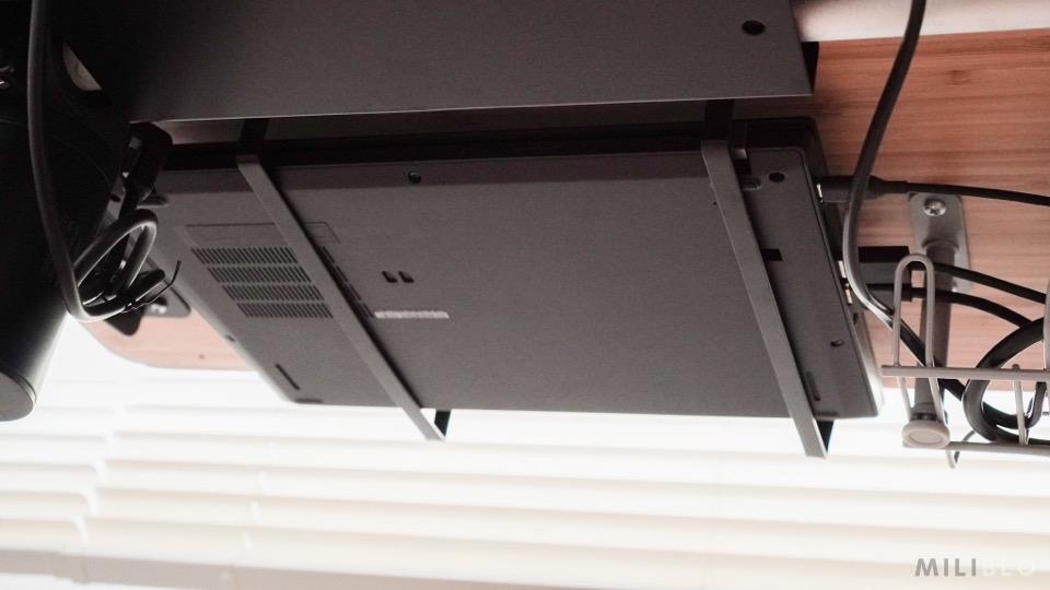 デスク天板裏に設置したthinkpad